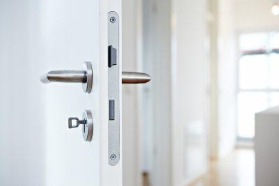 Eine offene Tür bietet Einblick in einen hellen Wohnungsflur.