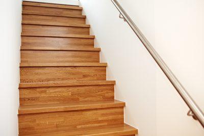 Treppe aus Holz mit Metall-Geländer