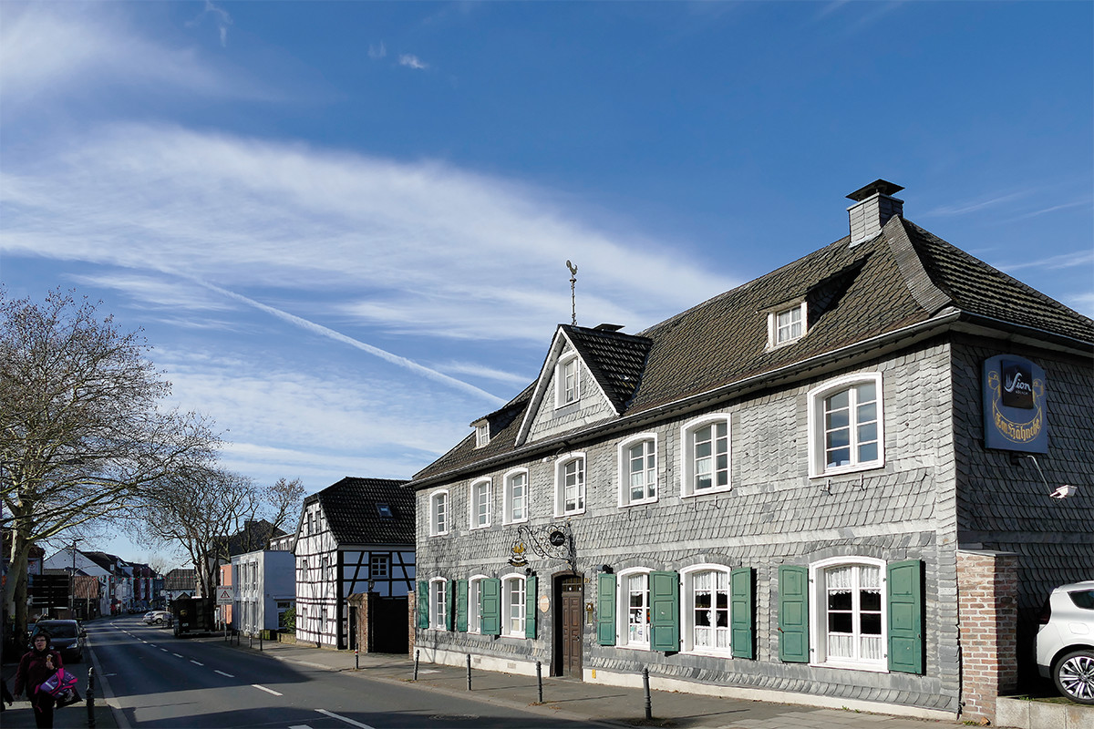 Häuserzeile unter blauem Himmel