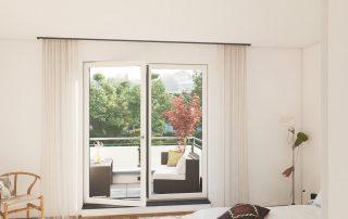Blick in ein Schlafzimmer mit Aussicht auf einen Balkon
