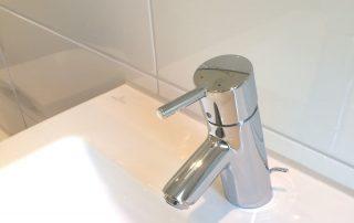 Waschbecken und Armatur