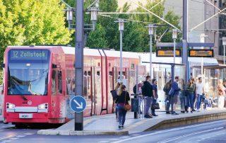 Viele Menschen stehen an einer S-Bahnhaltestelle