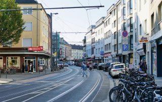 Blick auf die Einkaufsstraße Höninger Weg