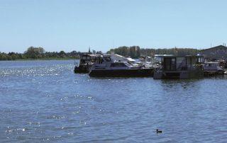 Anlegestelle mit mehreren Booten
