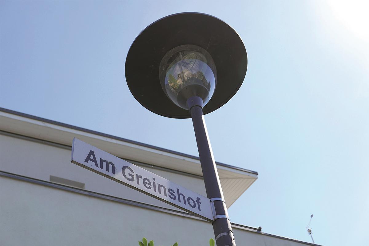 """Straßenlampae und Straßenschild """"Am Greinshof"""""""