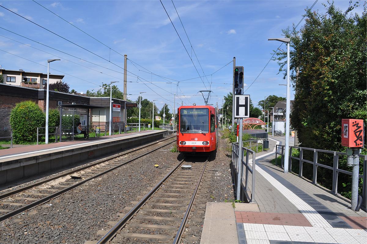 Haltestelle der KVB mit einfahrender Bahn