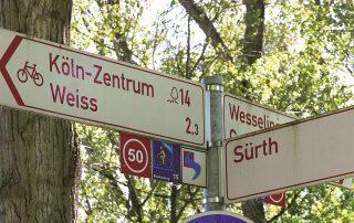 Mehrere Richtungsschilder für Radwege